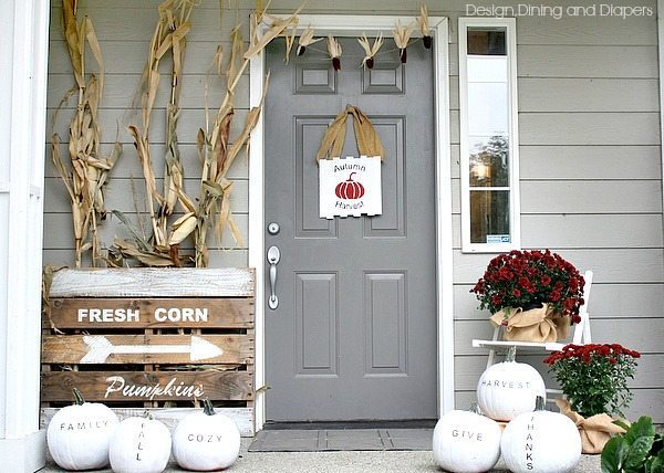 Love this unconventional fall porch decor using white, black and deep red via @tarynatddd