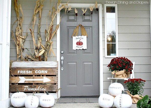 Fall Porch Decor via @tarynatddd