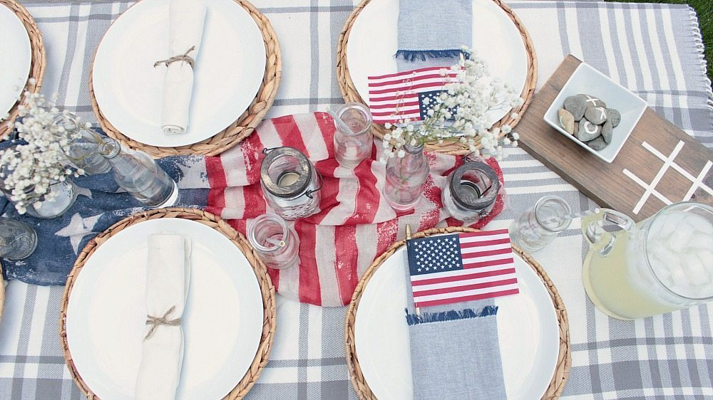 Red, white and blue table decorations on a budget! Tons of great ideas for creating a patriotic centerpiece.