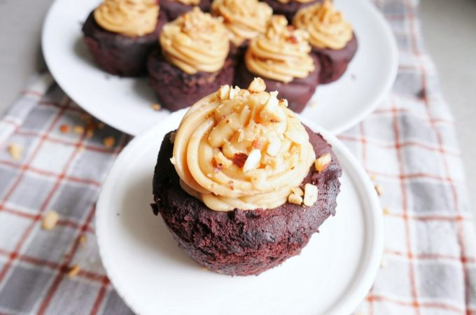 easy-gluten-free-chocolate-peanut-butter-cupcakes