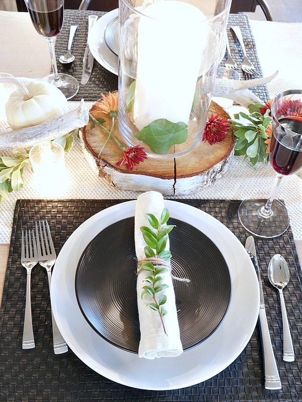 black-and-white-rustic-modern-fall-table-setting-with-wood-accents